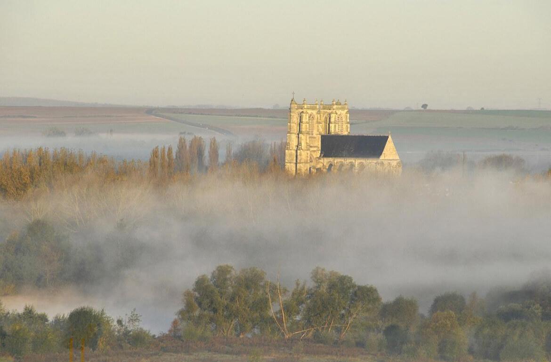 L'Abbatiale dans la brume matinale
